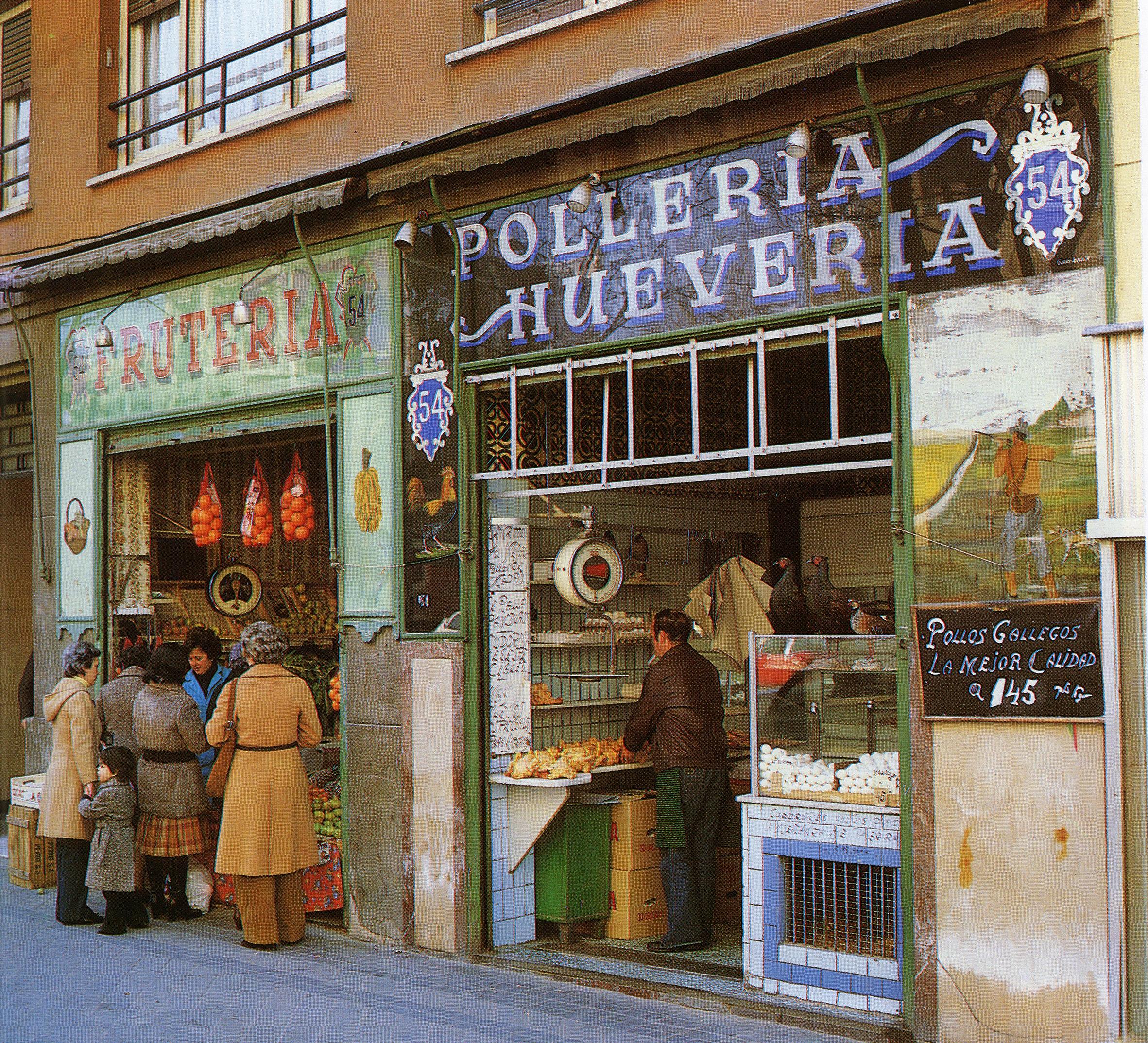 """Ortega y Gasset 54. Madrid. ~1985. El de Pollería, con parte en plateado, negro y azul, fue realizado por """"Garry"""" que tenia su taller muy cerca, en Calle Ayala 4.  Foto: Archivo Luis Agromayor"""