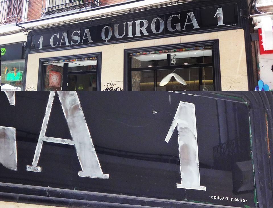 Casa Quiroga Rughara plateado y esmaltes sintéticos sobre cristal en inversa. Por OCHOA, un clásico de los rótulos de Madrid centro en los 70 80 — en Casa Quiroga.
