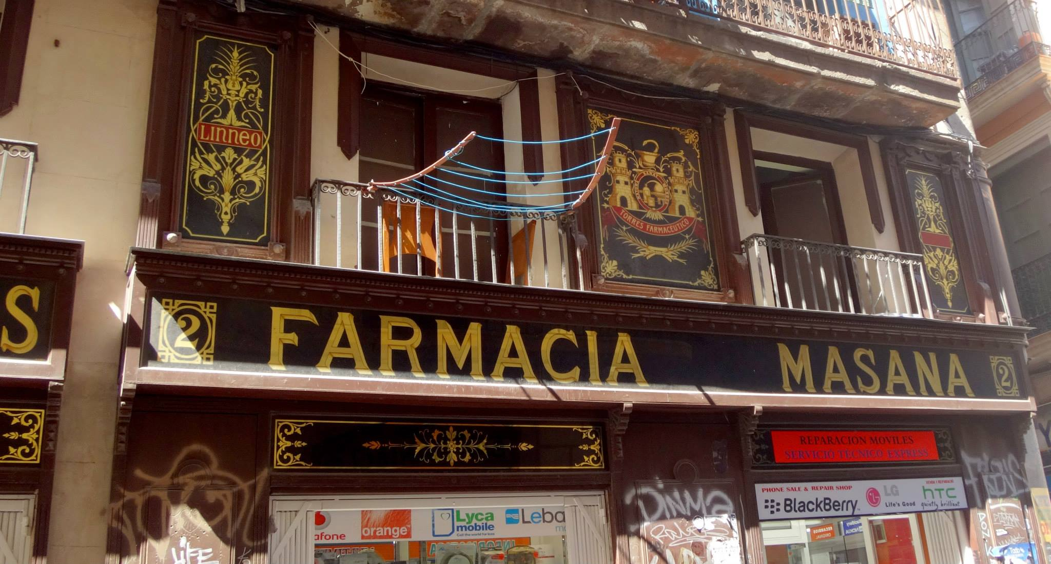 La Farmacia Masana en El Raval conoció mejores dias. — en Barcelona.