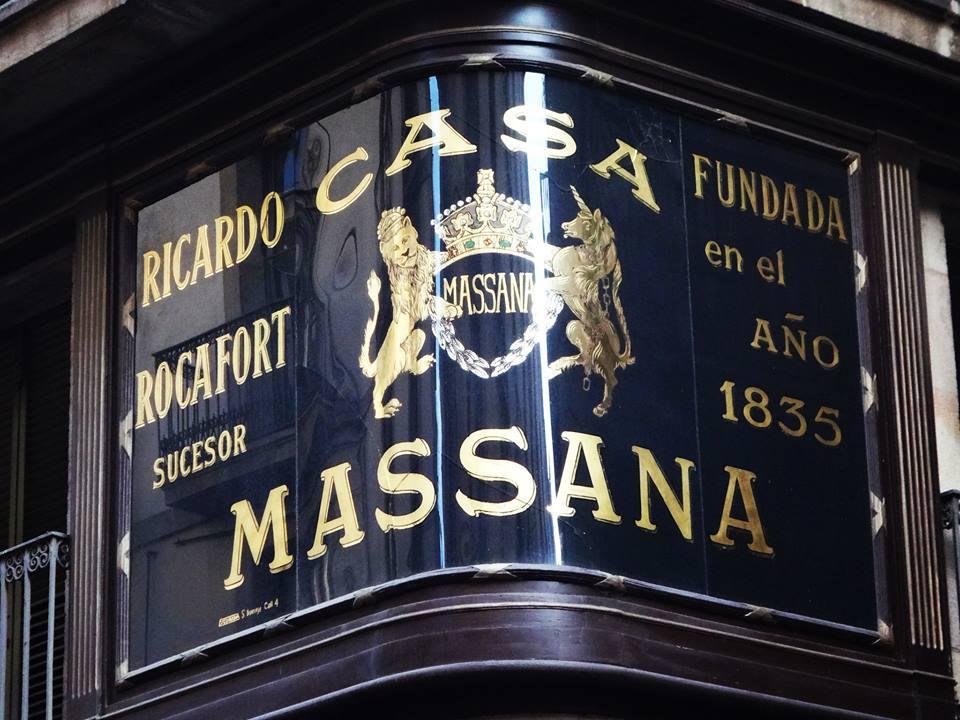 Casa Massana, por Escuriola rotulista. Pan de Oro y esmaltes en reversa sobre cristal curvado a medida.. #barcelona Curiosa adaptación del Escudo de Armas Británico a un emblema comercial.