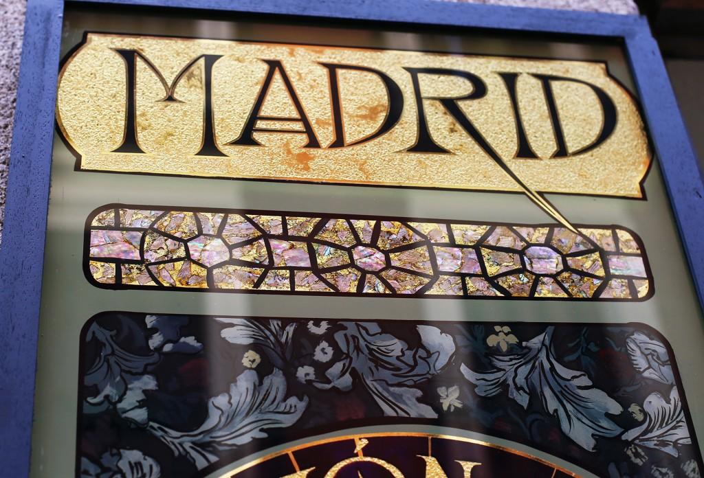 Oro sobre cristal grabado, y en la parte inferior un mosaico con nacar.