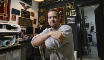 El rotulista Diego Apesteguia en su estudio de Malasaña. KIKE PARA / EP