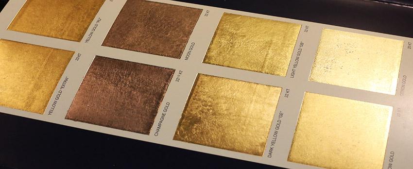 Muestra de laminas de oro de diferentes kilates y sus diferentes coloraciones según los metales que las componen.