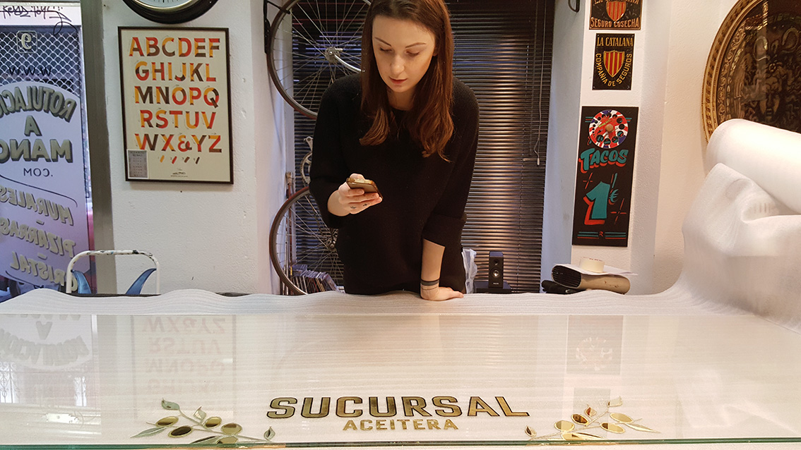 Realizando las piezas en el estudio en Madrid.